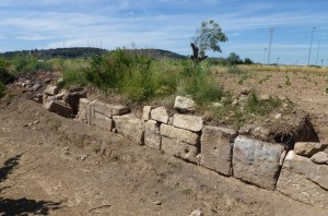 Vista general del marge amb els carreus del mausoleu romà reaprofitats. Fotografia: Magí Miret