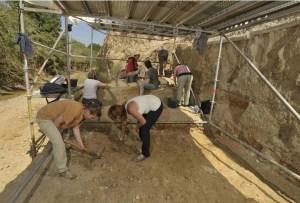 Treballs d'excavació al jaciment El Forn durant aquesta campanya. Fotografia: Jordi Mestre. IPHES