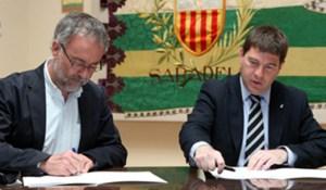 Salvador Moyà (esquerra) i Josep Ayuso (dreta) signen el conveni de cessió. Imatge: Juanma Pelaez/Aj. de Sabadell