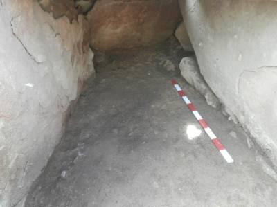 8. Interior de la cambra funerària, vista des de l'est, desprès de l'aixecament dels ossos. Fotografia: J. M. Espejo Blanco