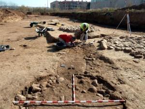 4-Treballs d'excavació arqueològica al poblat neolític de Ca l'Estrada-2. A primer terme un forn circular amb graella de còdols i les cabanes amb solera de pedra al fons (autor: Jordi Roig-Arrago, 2016).