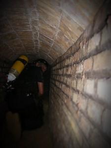 5: Membre de la Unitat de Subsòl dels Mossos d'Esquadra inspeccionant un refugi. Foto: Unitat de Subsòl dels Mossos d'Esquadra.