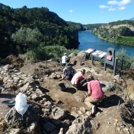 Vista dels treballs d'excavació al jaciment de la Roca Roja (Benifallet, Baix Ebre)