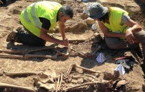 Treballs d'inhumació dels cossos dels soldats durant l'excavació arqueològica. Fotografia: E. Bella