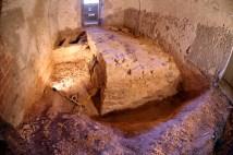 1. Vista d'un tram de baluard del forti del segle XVII documentat en l'interior d'una de les sales del pati d'armes del castell del segle XVIII. Foto Urcotex.