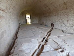 10. Vista de les restes del paviment original d'una de les sales del castell.