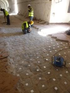 9. Detall del procés de numeració de les llambordes del paviment de les antigues casernes del castell que havien de ser extretes per l'obertura d'una rasa de serveis i que posteriorment van ser reposades en el seu lloc original