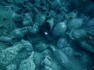 11. Vista d'àmfores i restes de l'arquitectura naval del jaciment d'Illes Formigues. Fotografia: CASC