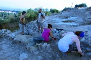 Estudiants del Grau d'Arqueologia de la UB començant les excavacions entorn de la muralla medieval de l'Esquerda l'any 2017. Fotografia: Museu de l'Esquerda