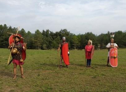 2. Explicació de l'equipament emprat per l'exèrcit en època romana-republicana per part d'un dels membres de l'equip.