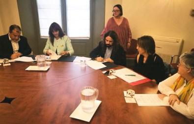 Moment de la signatura de l'acord de col·laboració sobre el jaciment paleontològic dels Hostalets de Pierola. Fotografia: Albert Vidal