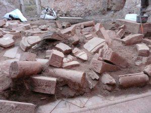 Enderroc del claustre menor amb les restes de l'ensulsiada de les arcades de les galeries. Foto: Josep M. Vila