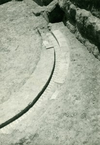 5. Canal d'aigua amb alicatats trobat in situ als anys '70