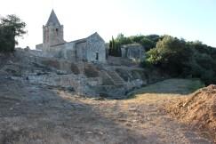 1. Vista general del jaciment i de l'església dels Sants Metges.