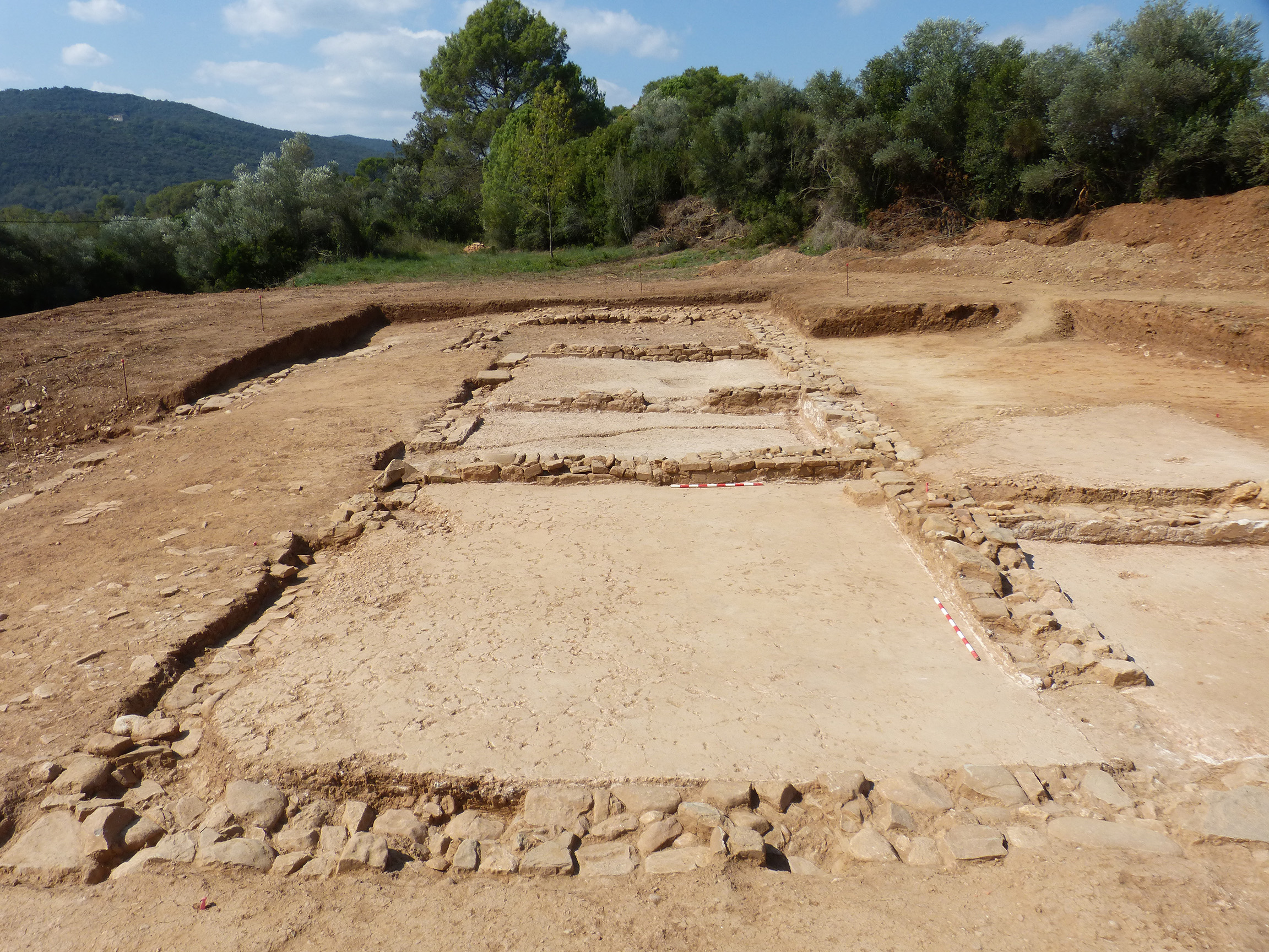 Vista de l'ala oest de la vil·la romana de Can Ring, amb el gran àmbit de recepció en primer terme. Fotografia: GRAPE