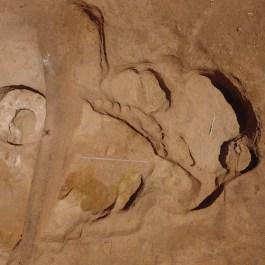 4. Vista aèria d'un dels grans retalls semienterrats, d'ús domèstic, amb el forn de calç a l'esquerra. Fotografia: Arqueòlegs.cat