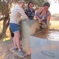 6. Proceso de flotación de sedimento durante la excavación. Fotografia: Equipo del Proyecto PALAP