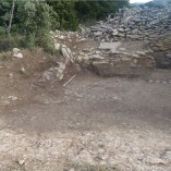 9. Imatge del sector 2 del Pla del Castell amb els nivells de l'Edat del Bronze i, al fons, el parament de la muralla ibèrica. Imatge: A. Gómez.