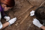 Treballs d'excavació de les restes humanes trobades a la Cova Mollet III (Serinyà, Pla de l'Estany)