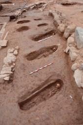 Vista general, des del nord, d'alguns del enterraments de la primera renglera identificada de la necròpolis alt-medieval