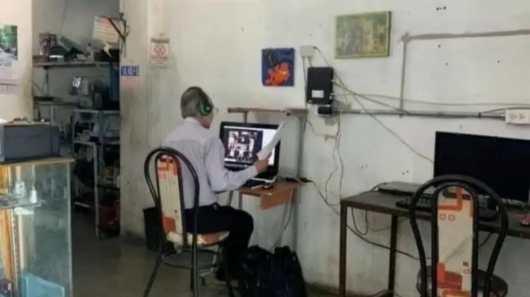 Foto de professor dando aulas online em lan house que viralizou na internet.