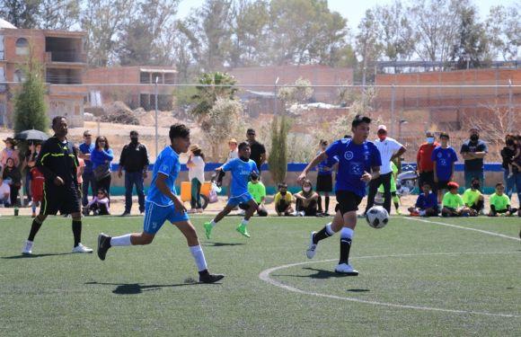 Jóvenes participan en la final de Fútbol de Club Chonense