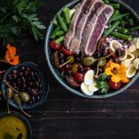 nudelsalat nicoise mit herrlich rosa gebratenem tuna und dijonsenf vinaigrette. und das alles in einer ziemlich vollgepackten bowl.