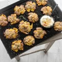 super crispy crushed potatoes aus dem backofen mit parmesan thymian kruste und knoblauch creme fraiche dip
