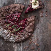 schokogalette black forest style mit portweinkirschen, vanille mascarpone und frittiertem, gezuckerten salbei