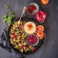safran olé! orientalisch gerösteter blumenkohl mit granatapfel, koriander und blutorangen safran aioli