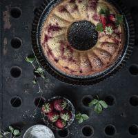 saftiger und fix gebackener rührkuchen mit erdbeeren, sauerrahm und gemahlenen pistazien