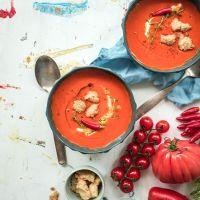 aromatische sommersuppe mit ofengerösteten tomaten und herzhaften crumbles aus manchegokäse, pinienkernen und thymian