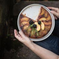 brombeer nektarinen upside down kuchen mit rosmarinkaramell, brauner butter und rumsirup