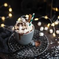 heiße schokolade mit sahne, zimt und kardamom