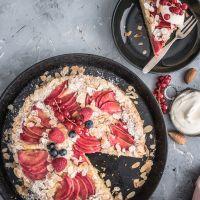 versunkener obstkuchen mit marzipan und rotfleischigen äpfeln