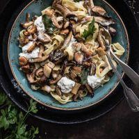 herbstliche pilzpasta mit weißwein sahnesauce, burrata und frittiertem salbei