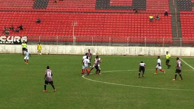 Jogo do sub-20 levou cerca de 300 torcedores ao estádio (Foto: Mateus Soares / TV TEM)