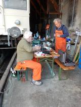 <h5>Vorbereiten der Verkabelung fürt die Beleuchtung</h5><p>Hans-Jörg und Hansruedi bereiten die Kabel für das Beleuchten des Wageninnern und der Grube vor</p>