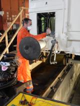 <h5>Demontaearbeiten an der Bremsausrüstung</h5><p>Andreas demontiert die Bremsschläuche</p>
