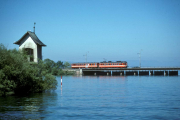 <h5>Seedamm</h5><p>SOB ABe 4/4 mit Steuerwagen auf der Damm-Strecke, 21.7.1990, Bild Bernhard Studer</p>