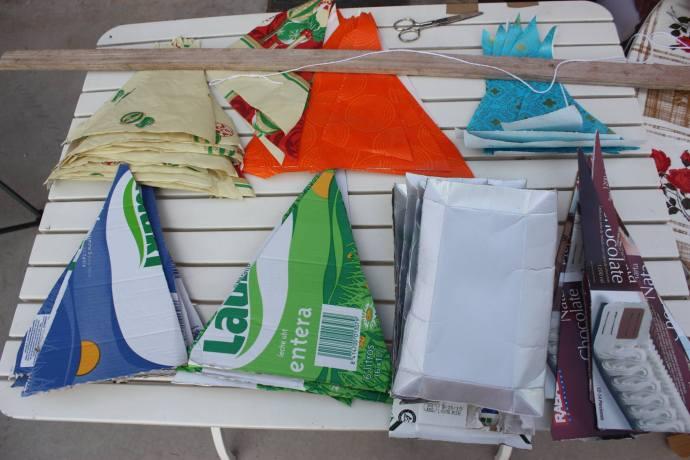 Dinamizar algún que otro pueblo en fiestas, esa ha sido una de nuestras actividades este verano… por supuesto, los banderines eran de material 100% reciclado