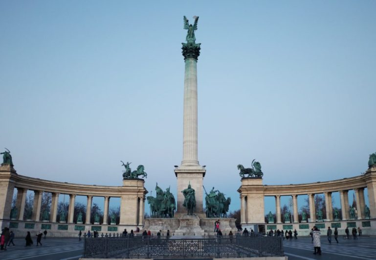budapest Tipps heroes square statue säule