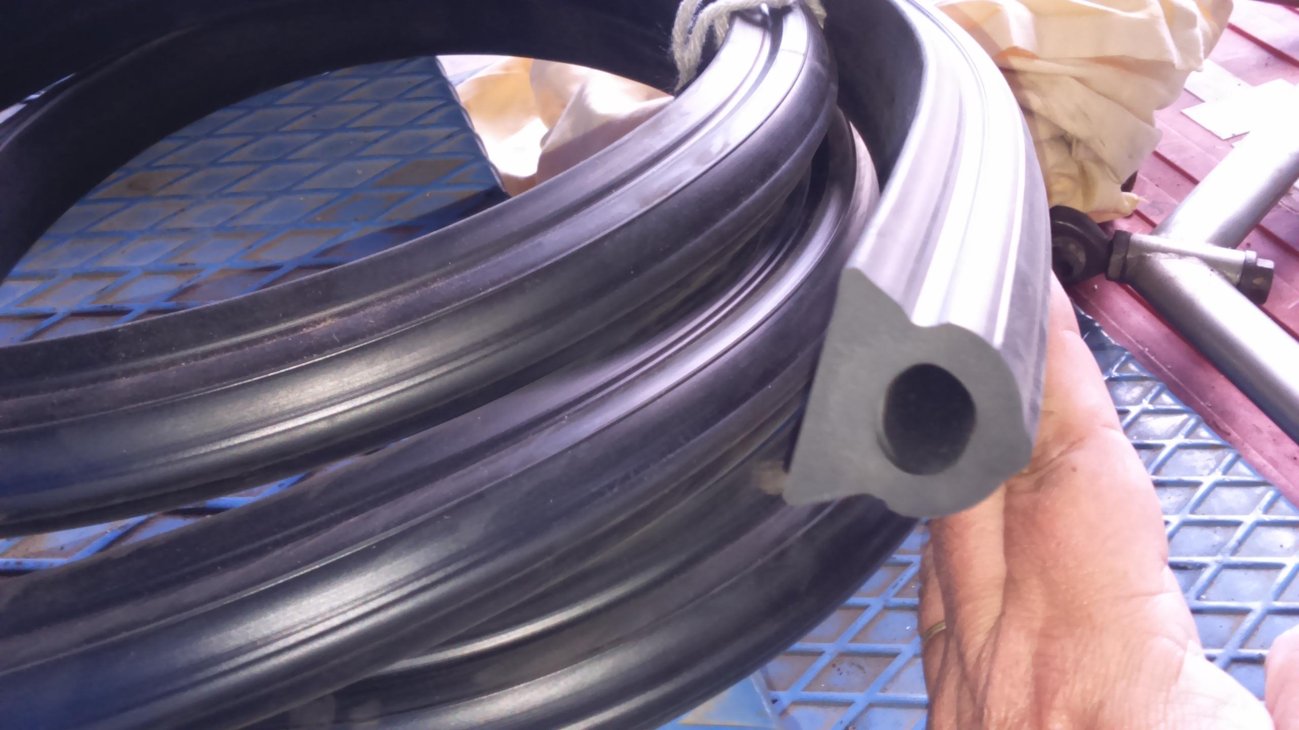 5f0c88a64b5 Perfil de goma para camión basura fabricado en caucho EPDM