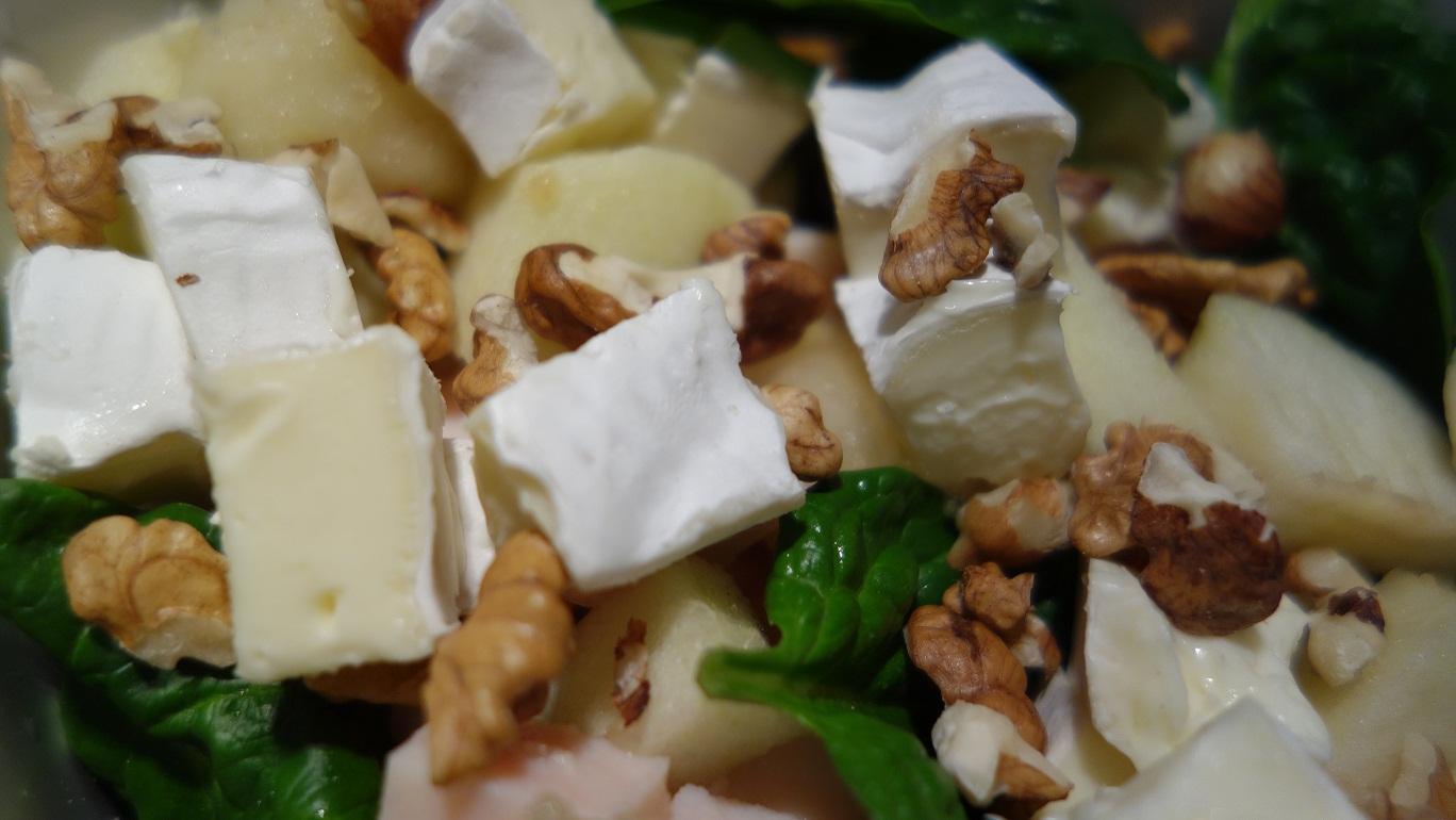 Sałatka z piersią wędzoną, serem pleśniowym i gruszką