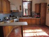 cucina su misura con isola in marmo