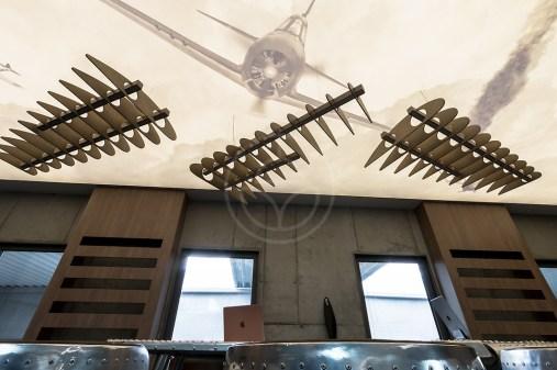 Pre verného zákazníka sme navrhli a vyrobili unikátne drevené svietidlo v tvare krídla. Závesné svietidlo pripomínajúce krídla historických lietadiel.