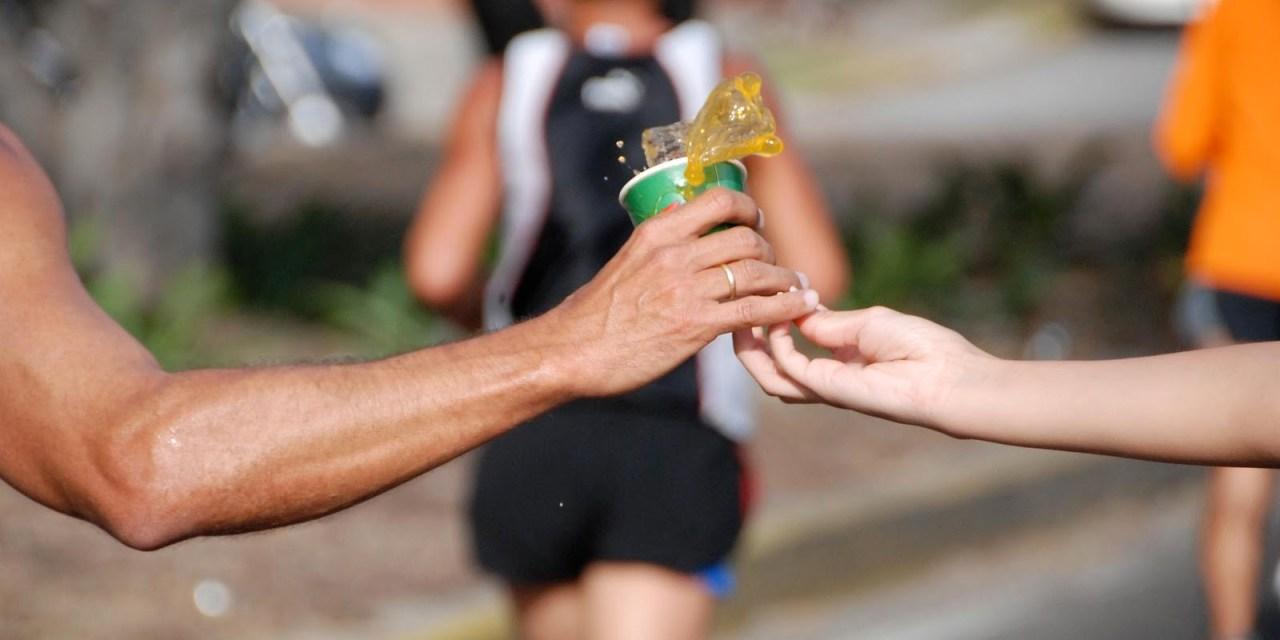 Razones para alimentarse e hidratarse adecuadamente durante entrenamientos largos.