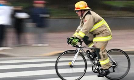 Triatleta realiza competencia con uniforme de bombero.