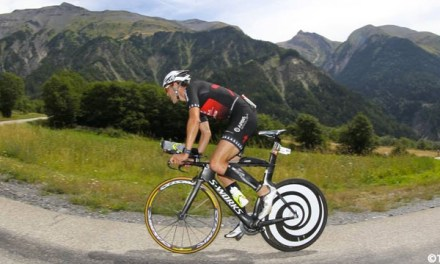 Cae triatleta francés a 60 kilómetros de velocidad en barranco durante IM 70.3 de Barcelona