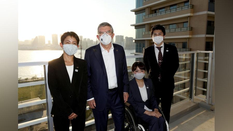 Recibe la triatleta japonesa Ai Ueda a Thomas Bach en el Estadio y la Villa Olímpica de Tokio